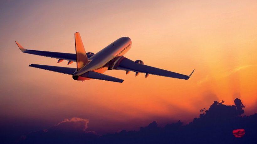 Avion dans le ciel avec coucher de soleil