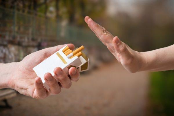 Une personne refusant une cigarette